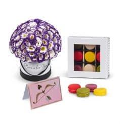 פרחים בקופסה ומקרונים